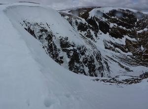 Twisting Gully (variation), Carn an Tuirc: Coire Kander: Standing at the top of the entry slope into Twisting Gully, with the head of the gully to the left. Photo: Scott Muir